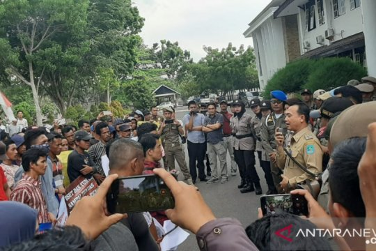 Ratusan warga Mendo Barat Bangka unjuk rasa protes perusahaan sawit