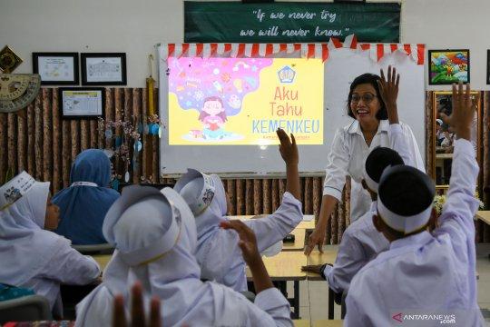 Serunya Menkeu Sri Mulyani mengajar siswa SD