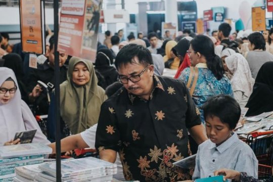 Wali Kota Rizal Effendi berburu buku ke Bazar Buku Big Bad Wolf