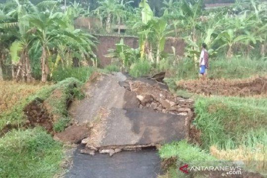Jalan penghubung antarkampung di Sukabumi putus oleh pergerakan tanah