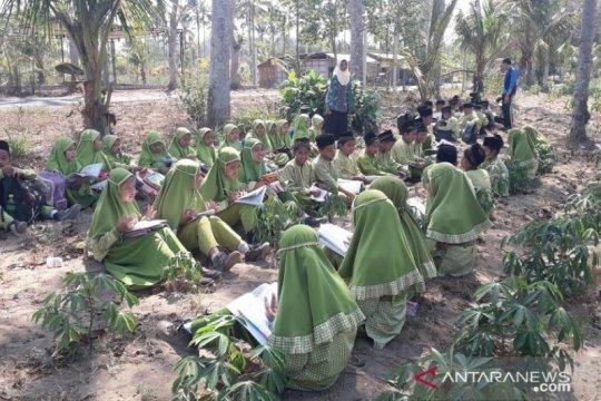 KBM di kebun singkong dilakukan pelajar madrasah sambut HAU