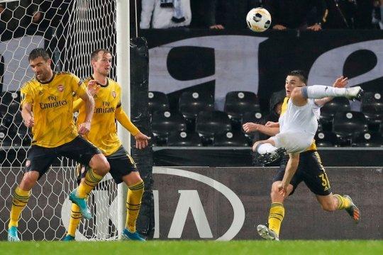 Arsenal kebobolan menit akhir, ditahan imbang Vitoria Guimaraes 1-1
