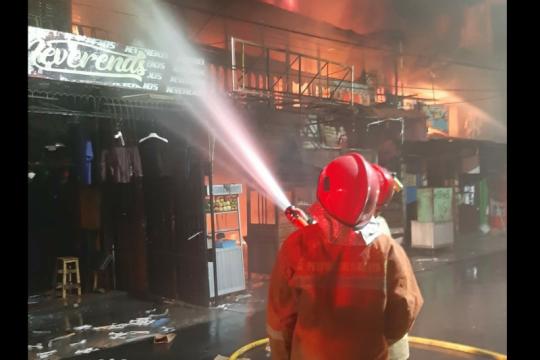 22 unit damkar padamkan kebakaran rumah tinggal di Jembatan Besi