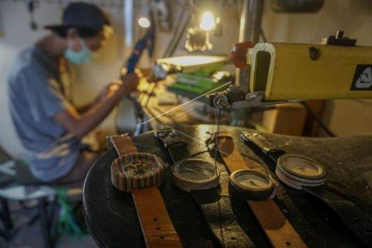Produksi jam tangan berbahan limbah kayu Page 1 Small