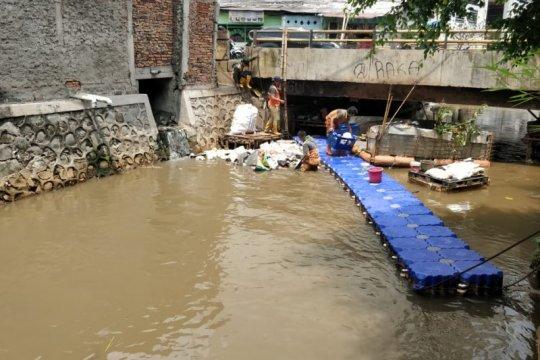 Jaktim pasang sekat antisipasi limbah warga menuju BKT