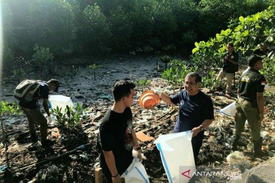 Peserta PIT ISOI gelar aksi bersih pantai di Ambon
