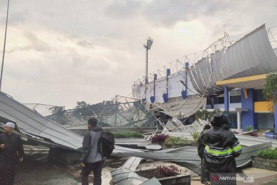 Stadion Arcamanik Bandung rusak diterjang angin kencang
