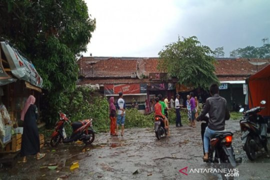 Angin kencang robohkan enam rumah di Batang