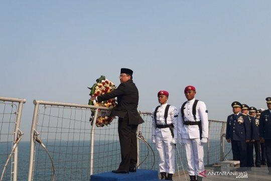 Tabur bunga Hari Pahlawan di KRI Banda Aceh dipimpin Ketua BPK