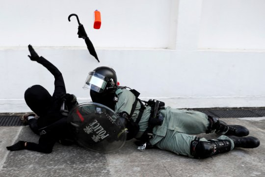 Polisi Hong Kong tembakkan gas air mata ke dalam kampus