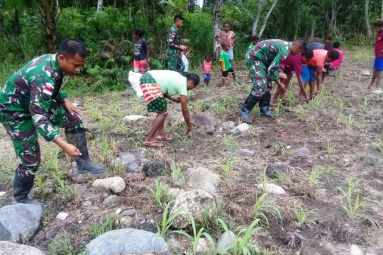 Warga perbatasan RI-PNG diajak TNI manfaatkan lahan kosong