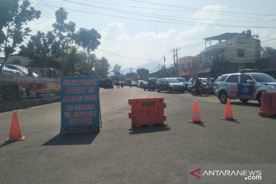 Pengguna jalan terjebak 12 jam di Ciawi-Cianjur akibat macet