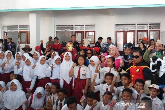 """""""Pahlawan super"""" hibur siswa sekolah ambruk Pasuruan"""