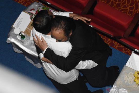 Pelukan Presiden  Jokowi dan Surya Paloh saat penutupan Kongres Partai Nasdem