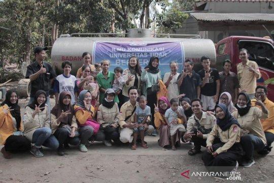 Warga kawasan Borobudur diberi bantuan air bersih mahasiswa Untidar