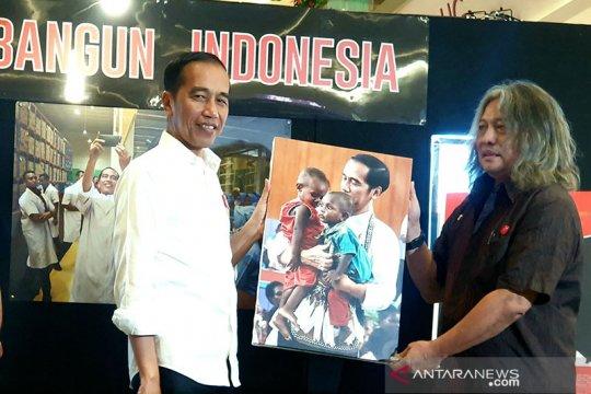 Jokowi terkesan foto dirinya gendong anak Papua
