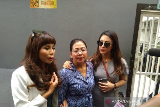 Sidang Kris Hatta dapat kunjungan dua pedangdut wanita