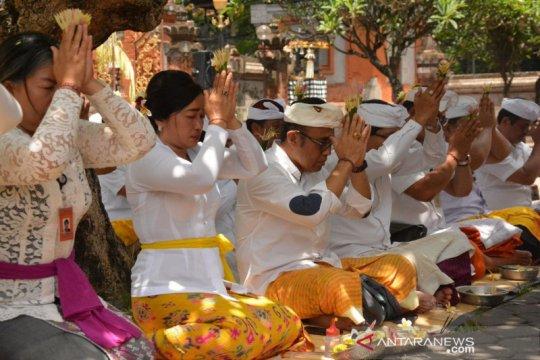 Pegawai Pemkot Denpasar sembahyang serangkaian Purnama Sasih Kalima