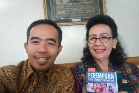 KPU Padang berikan GKR Hemas buku  Perempuan Dalam Mimbar Demokrasi