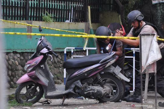 Penjinak bom periksa diduga sepeda motor milik pelaku bom bunuh diri