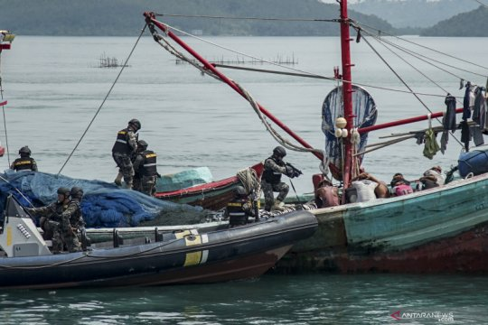 Simulasi penangkapan kapal ilegal di Batam