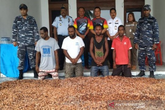 Patroli TNI-AL tangkap WN PNG bersama 12 karung coklat ilegal