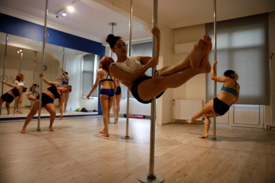 "Manfaat olahraga ""pole dance"" ala Nikita Willy"