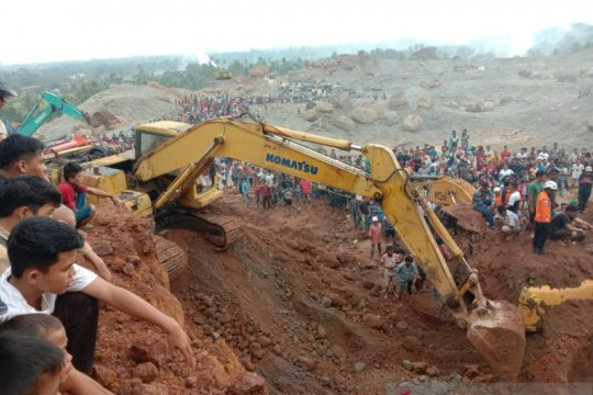 Sejumlah pekerja tambang tertimbun material di Kuranji Padang