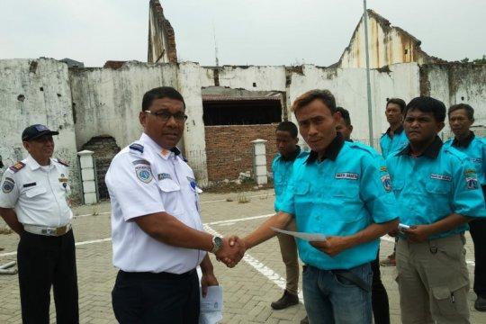 Polisi bina pemuda Kebon Jeruk jadi juru parkir resmi