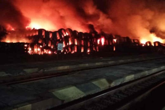 Tempat penyimpanan kereta bekas di Subang terbakar
