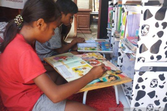 Sinergi Polisi-Tentara hidupkan budaya membaca anak pesisir Kupang