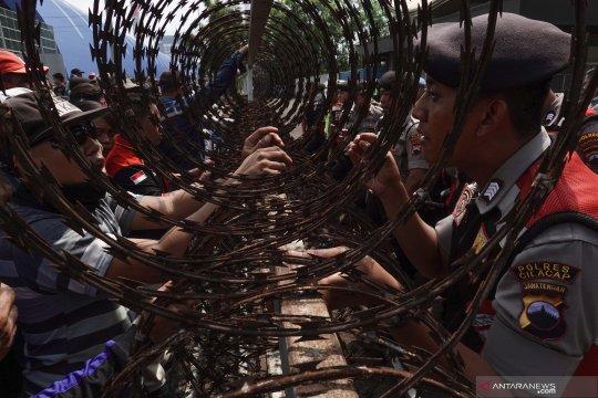 Demo pencemaran limbah batubara PLTU Cilacap