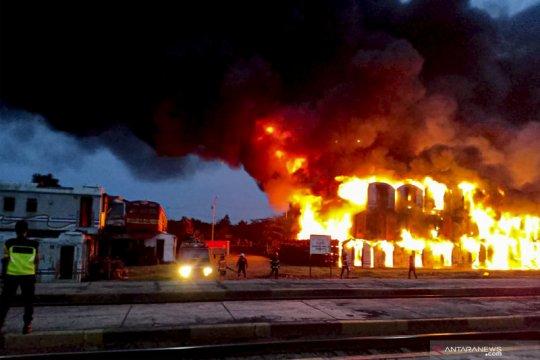 Ratusan gerbong kereta nonaktif terbakar