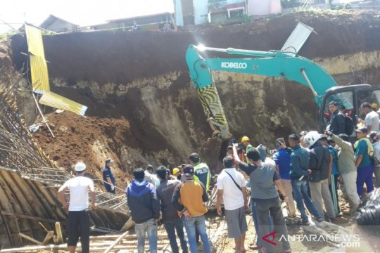 Lima orang pekerja tertimbun longsoran proyek 'doubletrack' di Bogor
