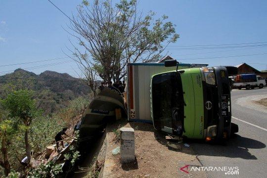 Truk pengangkut barang terguling di jalan trans Sulawesi