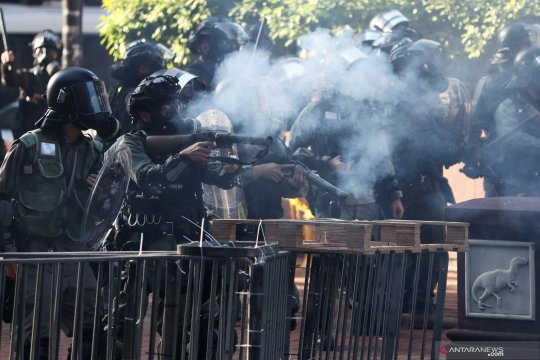 Bubarkan ribuan demonstran di Hong Kong, polisi tembakkan gas air mata