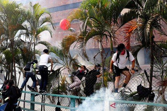 Tercekik dan menangis, pengunjuk rasa Hong Kong kembali ke kampus