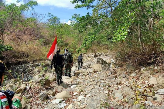 Satgas Pamtas patroli jalur rawan pelintas batas negara