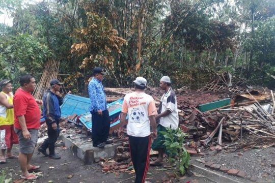 Angin puting beliung rusak puluhan rumah di Jember