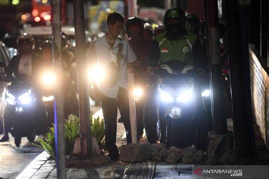 Aksi warga menghalau pengendara sepeda motor naik di trotoar