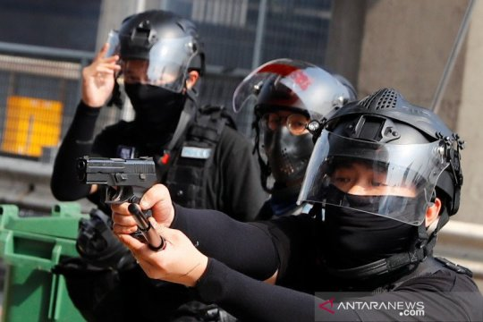 Polisi Hong Kong gunakan pendekatan 'halus' dan 'kasar' hadapi protes