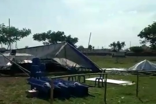 Tenda TPS Pilkades di Kudus roboh diterpa angin kencang