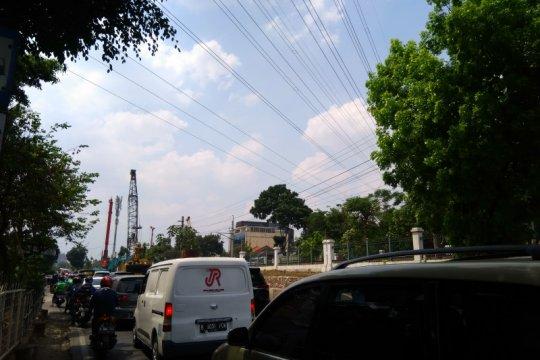 Kemacetan Jalan Raya Tanjung Barat terjadi pada jam sibuk