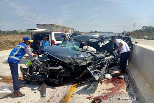Supir mengantuk, mobil tabrak truk di tol Batang-Semarang tiga tewas