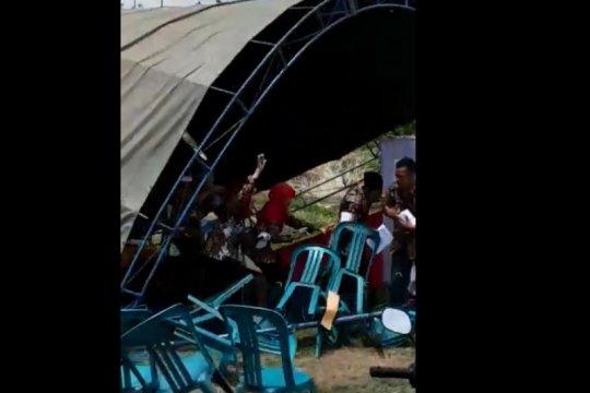 Lima TPS Pilkades di Kudus roboh diterpa angin kencang