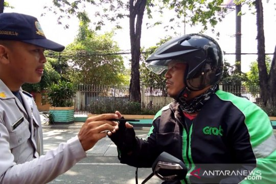 Petugas tindak pengojek daring langgar jalur sepeda di Tomang Raya