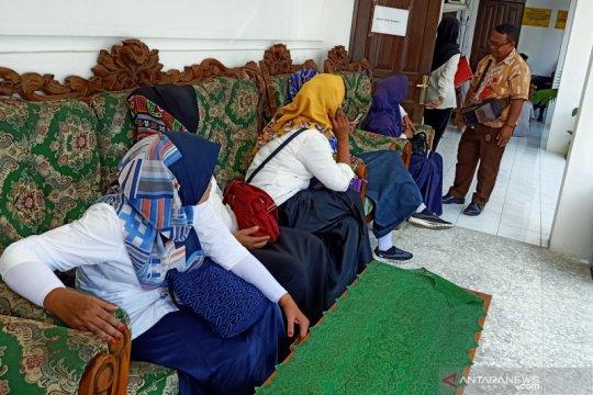 Pegawai Dispar Lombok Barat menemui Ispan Junaidi saat pemeriksaan