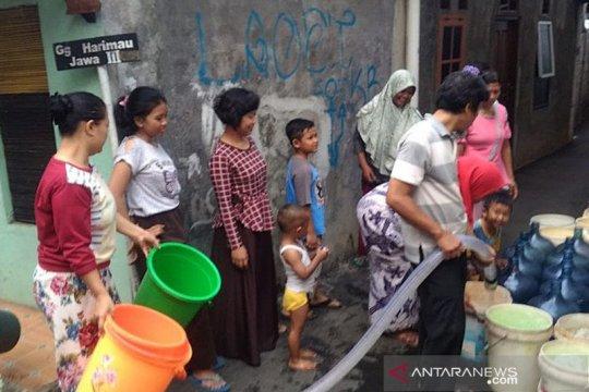 Butuh 12 jam untuk perbaiki pipa air bersih yang bocor