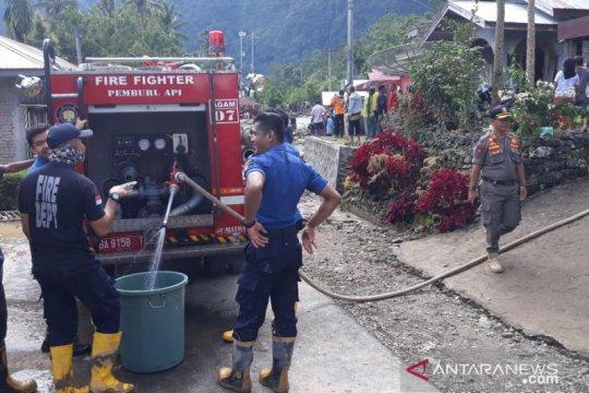 Satpol-PP Damkar Agam salurkan air bersih kepada korban banjir