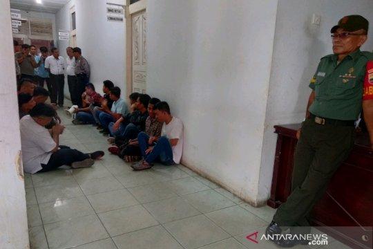 Mahasiswa unjuk rasa di depan ruangan pimpinan DPRD Padangsidimpuan